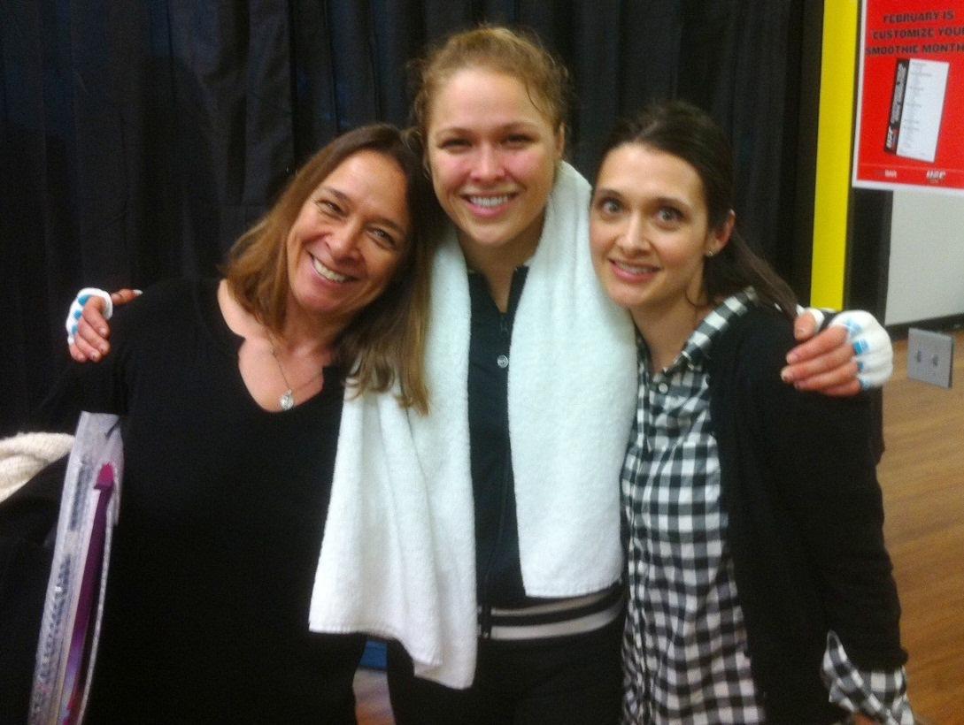Ronda con su madre y hermana en Anaheim