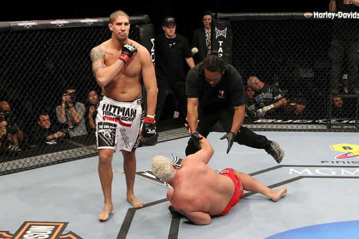 UFC174でブレンダン・ショーブ v...