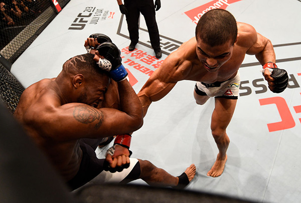 (R-L) <a href='../fighter/paulo-henrique-costa'>Paulo Borrachinha</a> of Brazil punches <a href='../fighter/oluwale-bamgbose'>Oluwale Bamgbose</a> in their middleweight bout during the UFC 212 event at Jeunesse Arena on June 3, 2017 in Rio de Janeiro, Brazil. (Photo by Jeff Bottari/Zuffa LLC)