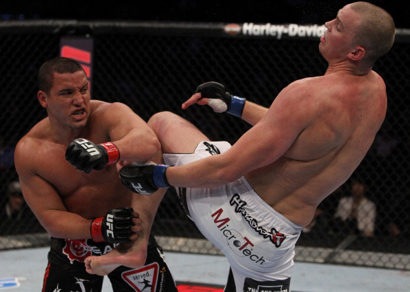 Barry avoids a knee from Struve