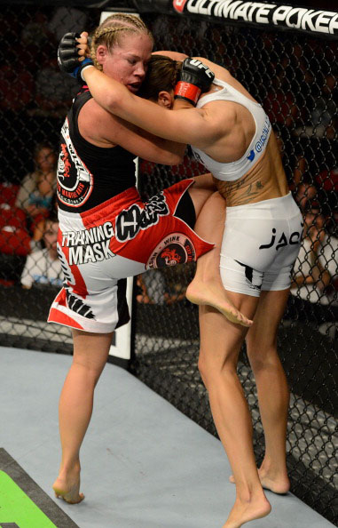 Kedzie knees De Randamie from the clinch