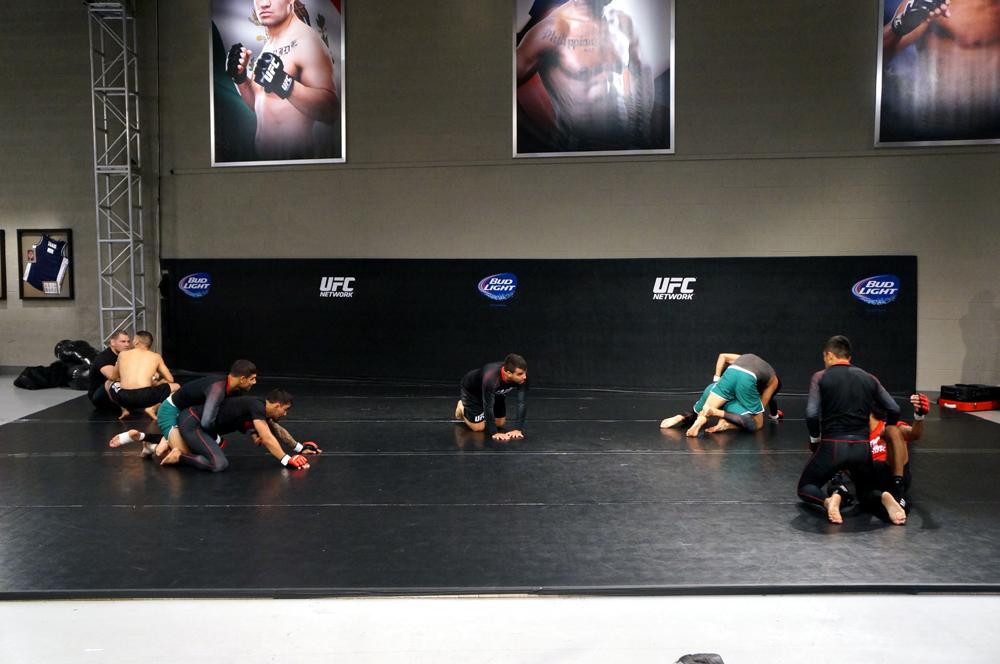 El entrenador Leandro Vieira (al centro) de jiu jitsu es quien dio su cinturón negro a Cain Velasquez