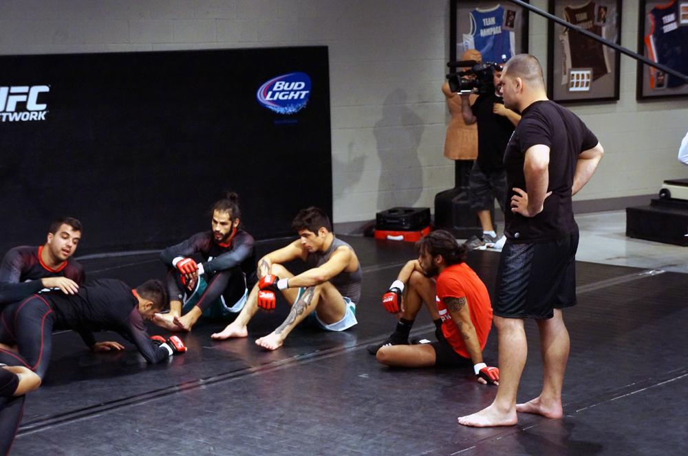 Cain Velasquez observa también atento la práctica de Jiu Jitsu con el coach Leandro