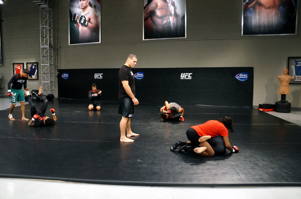 Cain Velasquez supervisa y platica con los chicos del Team Velasquez mientras practican Jiu Jitsu