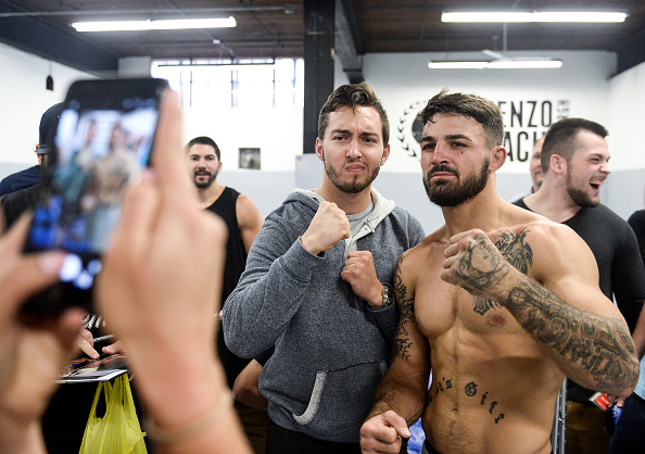 Mike Perry interacts with the fans after an open workout session on September 14, 2017 in Pittsburgh, Pennsylvania. (Photo by Brandon Magnus/Zuffa LLC)