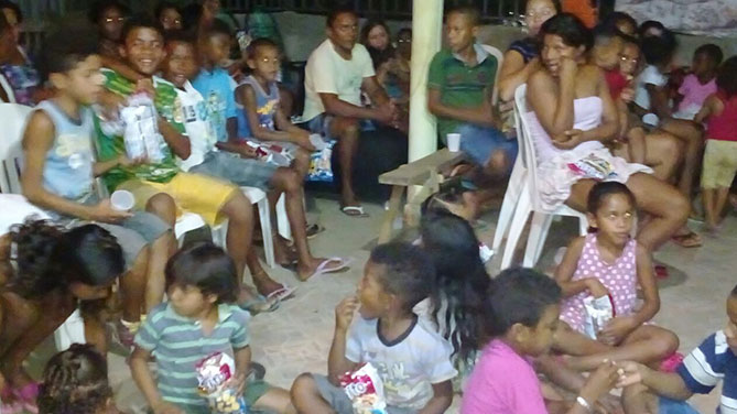 One hundred neighborhood kids helped Trinaldo celebrate his win and his 37th birthday (Photo credit: UFC.com.br)