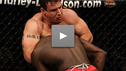 Frank Mir estrangula a Cheick Kongo en UFC 107.