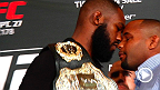 A rivalidade passou pela encarada e foi direto para a troca de empurrões e socos. Veja a briga durante o Media Day do UFC 178 entre Jon Jones e Daniel Cormier.