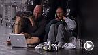 元インヴィクタストロー級王者、第1シードのカルラ・エスパルザがチーム・ペティスの打撃コーチと共にアンジェラ・ヒルの映像を分析する。