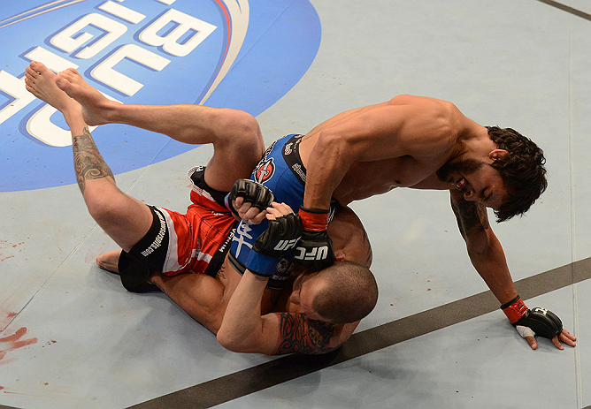 ANAHEIM, CA - 23 de fevereiro: Matt Grice (corner azul) x Dennis Bermudez (corner vermelho) na luta peso pena durante o UFC 157 no Honda Center (Foto Donald MiralleZuffa LLC/Zuffa LLC via Getty Images) *** Legenda Local *** Dennis Bermudez; Matt Grice