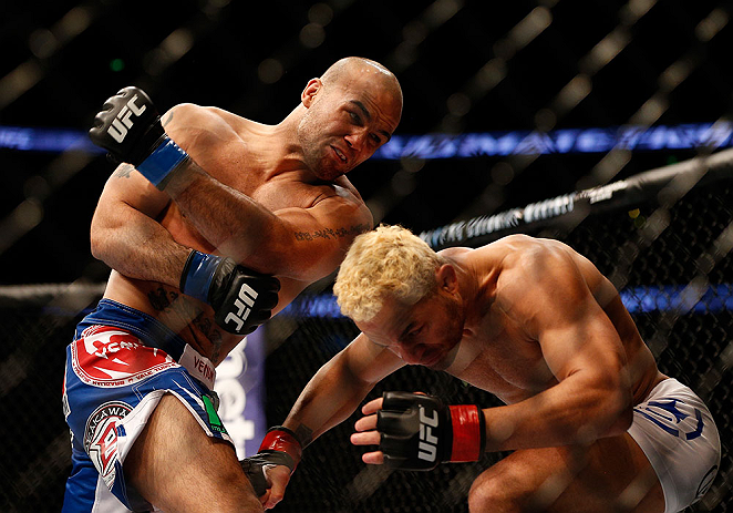 ANAHEIM, CA - 23 de fevereiro: Robbie Lawler  (corner azul) x Josh Koscheck (corner vermelho) na luta meio-m&eacute;dio durante o UFC 157 no Honda Center (Foto de Josh Hedges/Zuffa LLC/Zuffa LLC via Getty Images) *** Legenda Local *** Josh Koscheck; Robbie Lawler