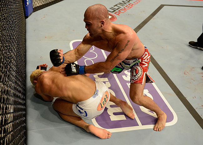 ANAHEIM, CA - 23 de fevereiro: Robbie Lawler  (corner azul) x Josh Koscheck (corner vermelho) na luta meio-m&eacute;dio durante o UFC 157 no Honda Center (Foto de Donald Miralle/Zuffa LLC/Zuffa LLC via Getty Images) *** Legenda Local *** Josh Koscheck; Robbie Lawler
