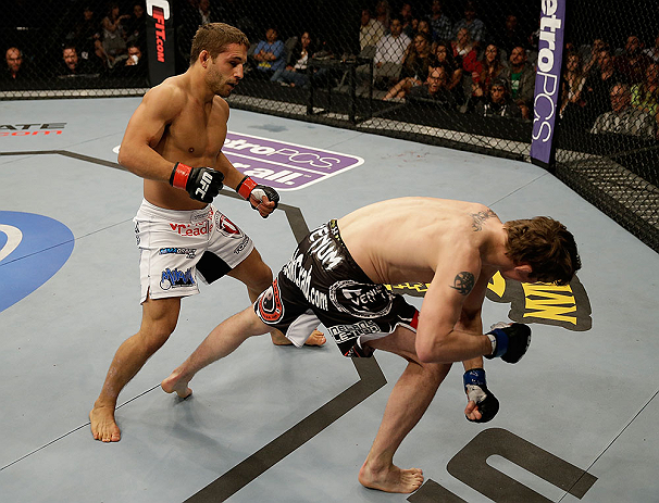 Mendes lands a big blow against Darren Elkins
