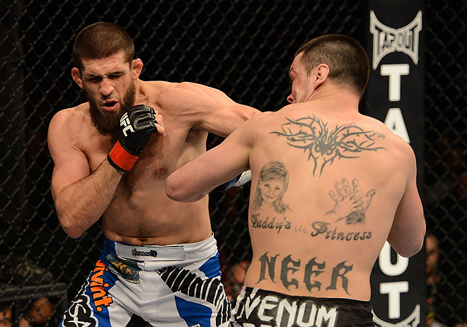 ANAHEIM, CA - 23 de fevereiro: Josh Neer (corner azul) x Court McGee  (corner vermelho) na luta meio-m&eacute;dio durante o UFC 157 no Honda Center (Foto de Donald Miralle/Zuffa LLC/Zuffa LLC via Getty Images) *** Legenda Local *** Court McGee; Josh Neer