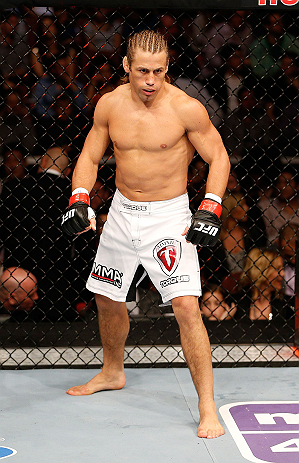 ANAHEIM, CA - 23 de fevereiro: Ivan Menjivar (corner azul) x Urijah Faber (corner vermelho) na luta peso galo durante o UFC 157 no Honda Center (Foto de Donald Miralle/Zuffa LLC/Zuffa LLC via Getty Images) *** Legenda Local *** Urijah Faber; Ivan Menjivar