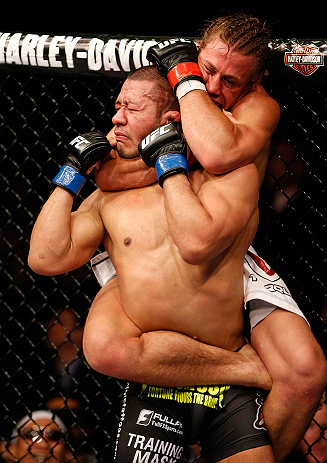 ANAHEIM, CA - 23 de fevereiro: Ivan Menjivar (corner azul) x Urijah Faber (corner vermelho) na luta peso galo durante o UFC 157 no Honda Center (Foto de Josh Hedges/Zuffa LLC/Zuffa LLC via Getty Images) *** Legenda Local *** Urijah Faber; Ivan Menjivar