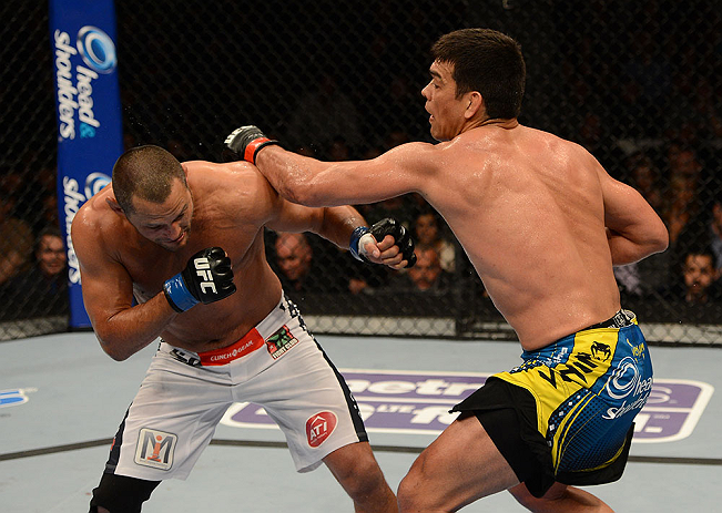 ANAHEIM, CA - 23 de fevereiro: Dan Henderson  (corner azul) x Lyoto Machida (corner vermelho) na luta meio-pesado durante o UFC 157 no Honda Center (Foto de Donald Mirella/Zuffa LLC/Zuffa LLC via Getty Images) *** Legenda Local *** Lyoto Machida; Dan Henderson