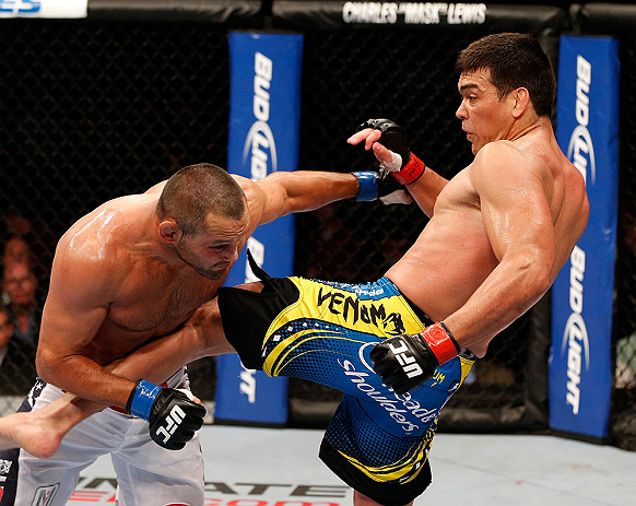 ANAHEIM, CA - 23 de fevereiro: Dan Henderson  (corner azul) x Lyoto Machida (corner vermelho) na luta peso galo durante o UFC 157 no Honda Center (Foto de Josh Hedges/Zuffa LLC/Zuffa LLC via Getty Images) *** Legenda Local *** Lyoto Machida; Dan Henderson