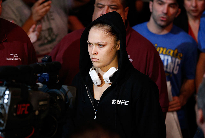 ANAHEIM, CA - 23 de fevereiro: Liz Carmouche (corner azul) x Ronda Rousey (corner vermelho) na luta pelo t&iacute;tulo feminino peso galo durante o UFC 157 no Honda Center (Foto de Josh Hedges/Zuffa LLC/Zuffa LLC via Getty Images) *** Legenda Local *** Ronda Rousey; Liz Carmouche