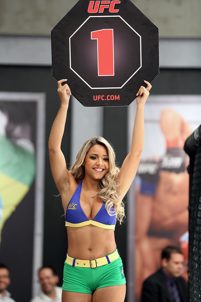 SAO PAULO, BRAZIL - FEBRUARY 6:  UFC Octagon Girl Candidate Fernanda Hernandes signals the start of round one between Team Wanderlei fighter Ismael De Jesus and Team Sonnen fighter Warlley Alves in their middleweight fight during season three of The Ultimate Fighter Brazil on February 6, 2014 in Sao Paulo, Brazil. (Photo by Luiz Pires Dias/Zuffa LLC/Zuffa LLC via Getty Images) *** Local Caption *** Fernanda Hernandes