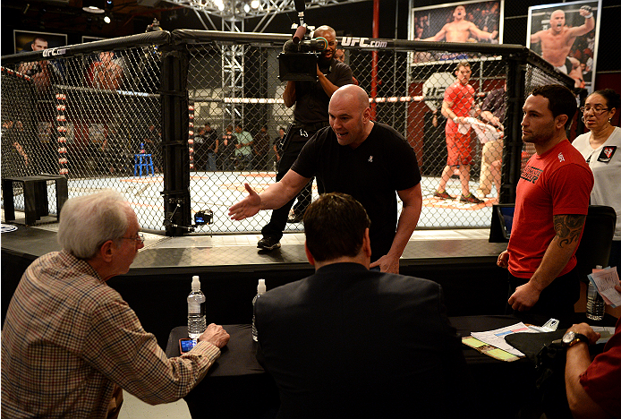 LAS VEGAS, NV - NOVEMBER 8:  UFC President Dana White interacts with the judges after the bout between team Edgar fighter Joseph Stephens and team Penn fighter Roger Zapata in their preliminary fight during filming of season nineteen of The Ultimate Fighter on November 8, 2013 in Las Vegas, Nevada. (Photo by Al Powers/Zuffa LLC/Zuffa LLC via Getty Images) *** Local Caption *** Frankie Edgar;Dana White