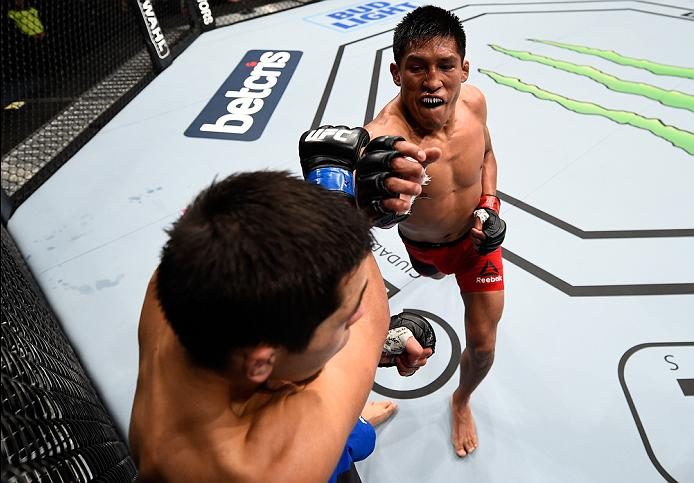 MEXICO CITY, MEXICO - NOVEMBER 05:  (R-L) Enrique Barzola of Peru punches Chris Avila of the United States in their featherweight bout during the UFC Fight Night event at Arena Ciudad de Mexico on November 5, 2016 in Mexico City, Mexico. (Photo by Jeff Bottari/Zuffa LLC/Zuffa LLC via Getty Images)