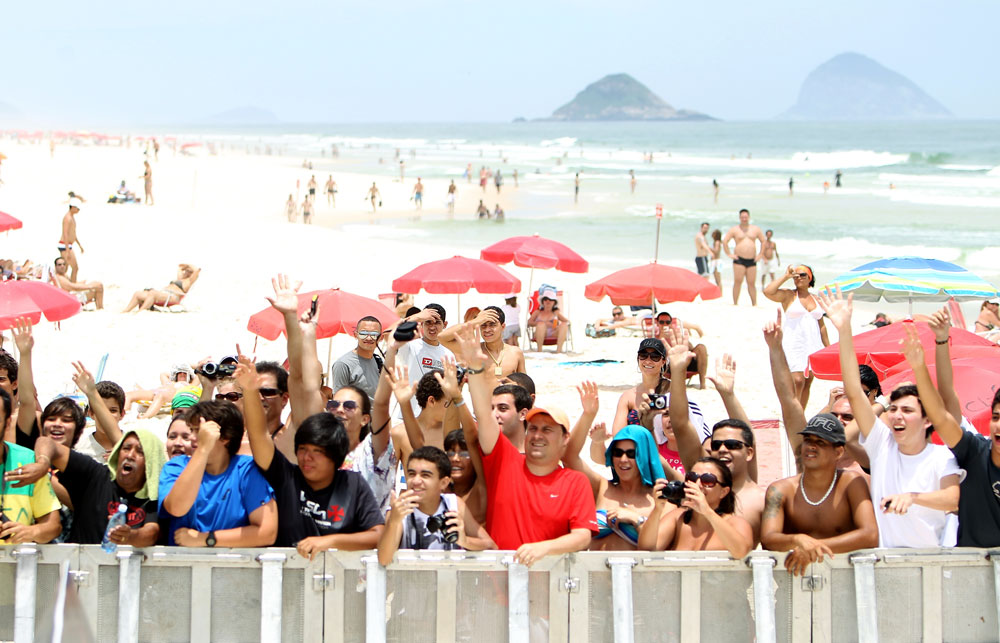 RIO DE JANEIRO, BRAZIL - JANUARY 11:  Fans react during the UFC 142 Open Workouts at Barra de Tijuca Beach on January 11, 2012 in Rio de Janeiro, Brazil.  (Photo by Josh Hedges/Zuffa LLC/Zuffa LLC via Getty Images)