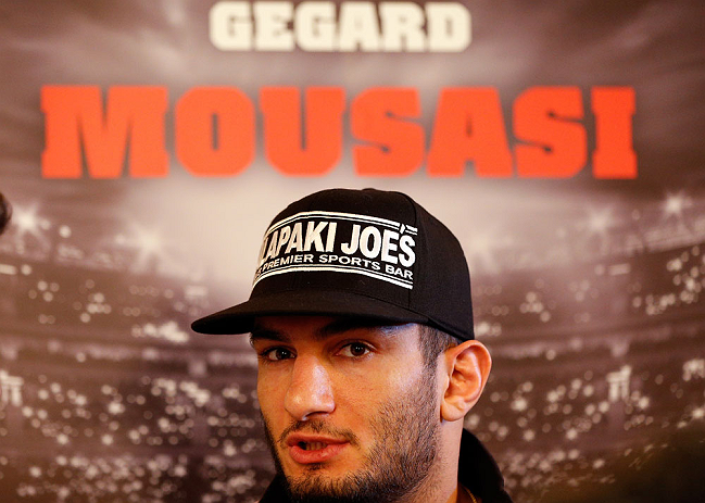 ESTOCOLMO, SUÉCIA - 3/4/2013: Gerad Mousadi dos EUA interage com a imprensa no Grand Hotel. (Foto de Josh Hedges/Zuffa LLC/Zuffa LLC via Getty Images)