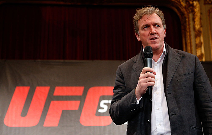 ESTOCOLMO, SUÉCIA - 3/4/2013:  Garry Cook (vice-presidente executivo do UFC) interage com a imprensa no Grand Hotel. (Foto de Josh Hedges/Zuffa LLC/Zuffa LLC via Getty Images)