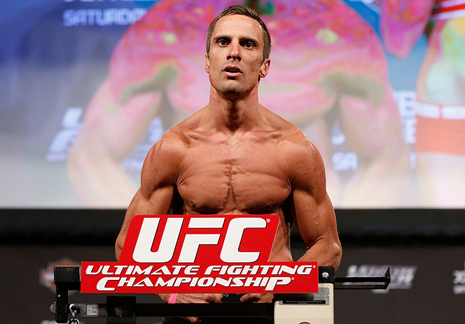 LAS VEGAS, NV - Josh Samman na pesagem do TUF 17 Finale no Hollywood Theatre (MGM Grand Hotel/Casino) no dia 12/4, 2013 em Las Vegas, Nevada. (Foto de Josh Hedges/Zuffa LLC/Zuffa LLC via Getty Images)