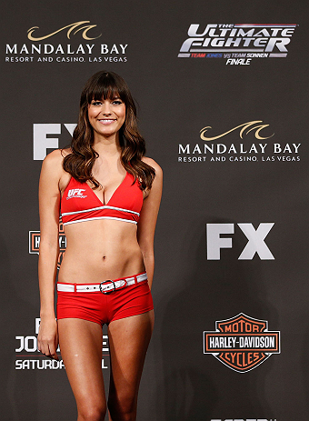 LAS VEGAS, NV - Octagon Girl Vanessa Hanson na pesagem do TUF 17 Finale no Hollywood Theatre (MGM Grand Hotel/Casino) no dia 12/4, 2013 em Las Vegas, Nevada. (Foto de Josh Hedges/Zuffa LLC/Zuffa LLC via Getty Images)