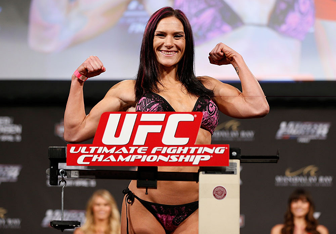 LAS VEGAS, NV - Cat Zingano na pesagem do TUF 17 Finale no Hollywood Theatre (MGM Grand Hotel/Casino) no dia 12/4, 2013 em Las Vegas, Nevada. (Foto de Josh Hedges/Zuffa LLC/Zuffa LLC via Getty Images)