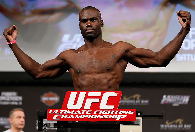 LAS VEGAS, NV - Uriah Hall na pesagem do TUF 17 Finale no Hollywood Theatre (MGM Grand Hotel/Casino) no dia 12/4, 2013 em Las Vegas, Nevada. (Foto de Josh Hedges/Zuffa LLC/Zuffa LLC via Getty Images)