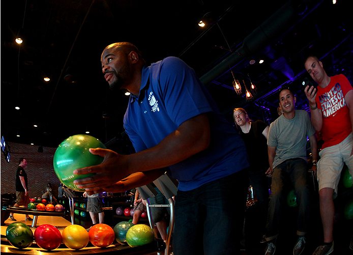LAS VEGAS, NV - JULY 2: Rashad Evans bowls with fans during the UFC International Fight Week charity bowling event at Brooklyn Bowl Las Vegas at The LINQ on July 2, 2014 in Las Vegas, Nevada. (Photo by Brandon Magnus/Zuffa LLC/Zuffa LLC via Getty Images)